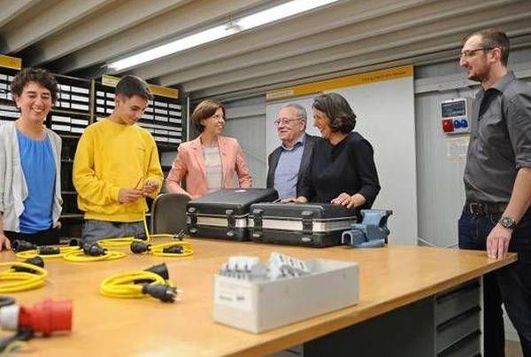 Staatssekretärin Daniela Schmitt besucht Ausbildungswerkstatt von Elektro Knies in Worms