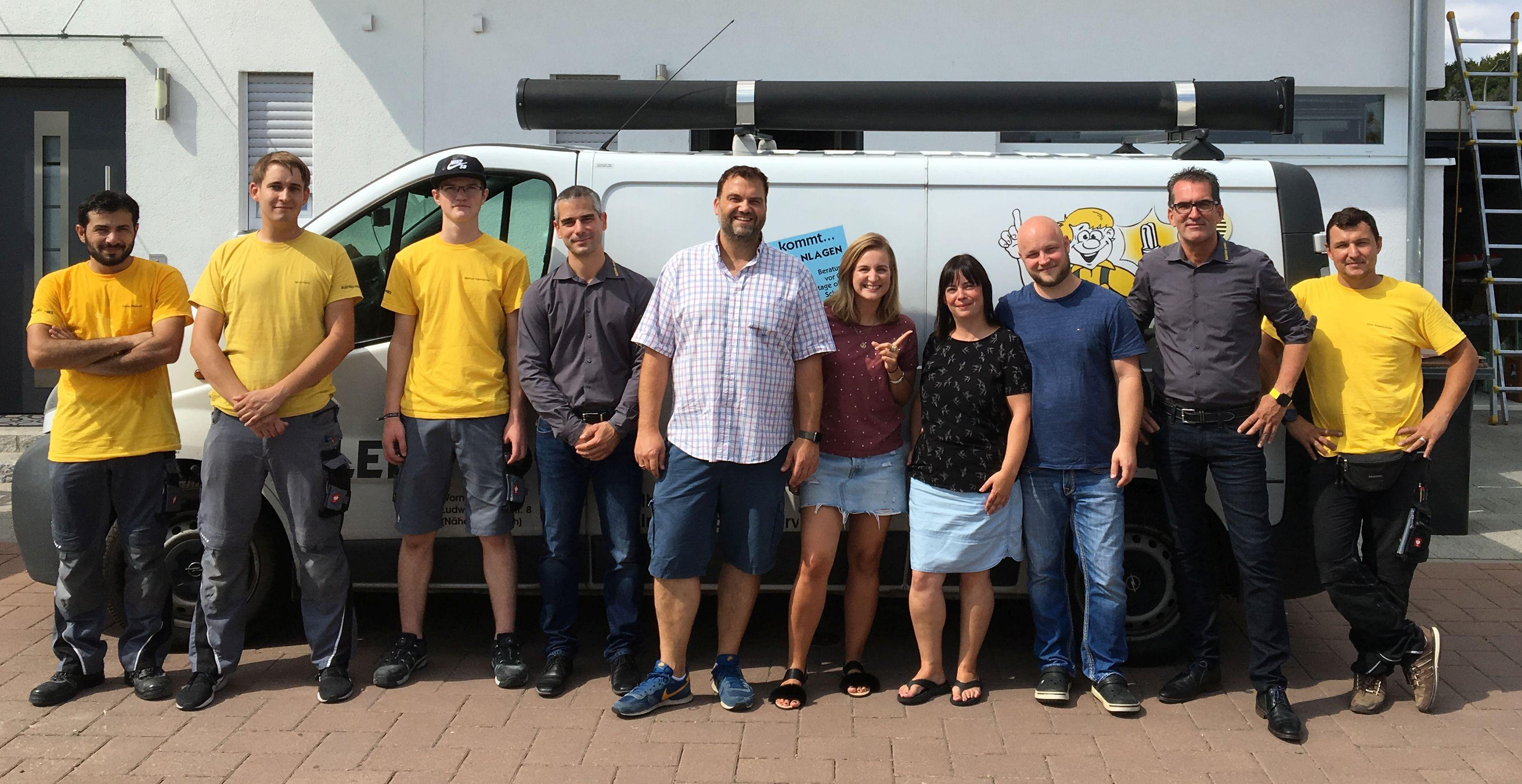 Gruppenbild der Klimamonteure von Elektro Knies mit den Gewinnern und den Radiomoderatoren Kunze und Laura